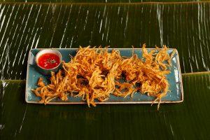 Korzeń lotosu w tempurze podawany ze slodkim sosem chilli