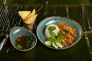 Siekana kaczka w domowym curry podawana z ryżem