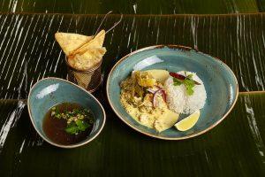 Kurczak w domowym curry z Chang Mai podawany z ryżem